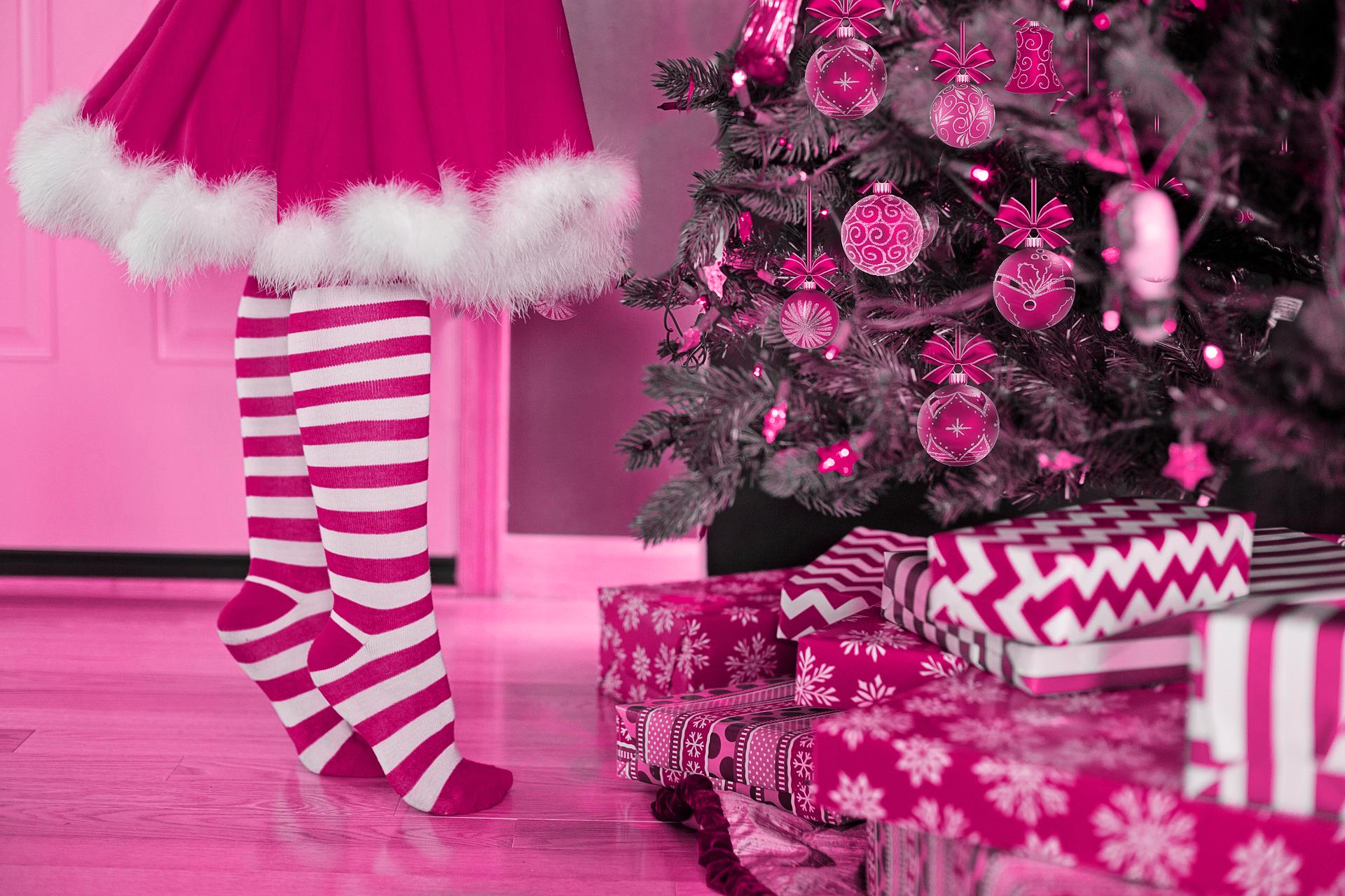 Kind freut sich über Geschenke unter dem Weihnachtsbaum von Büroland