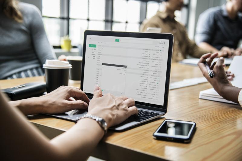 mensch am Laptop digitales marketing für büroland