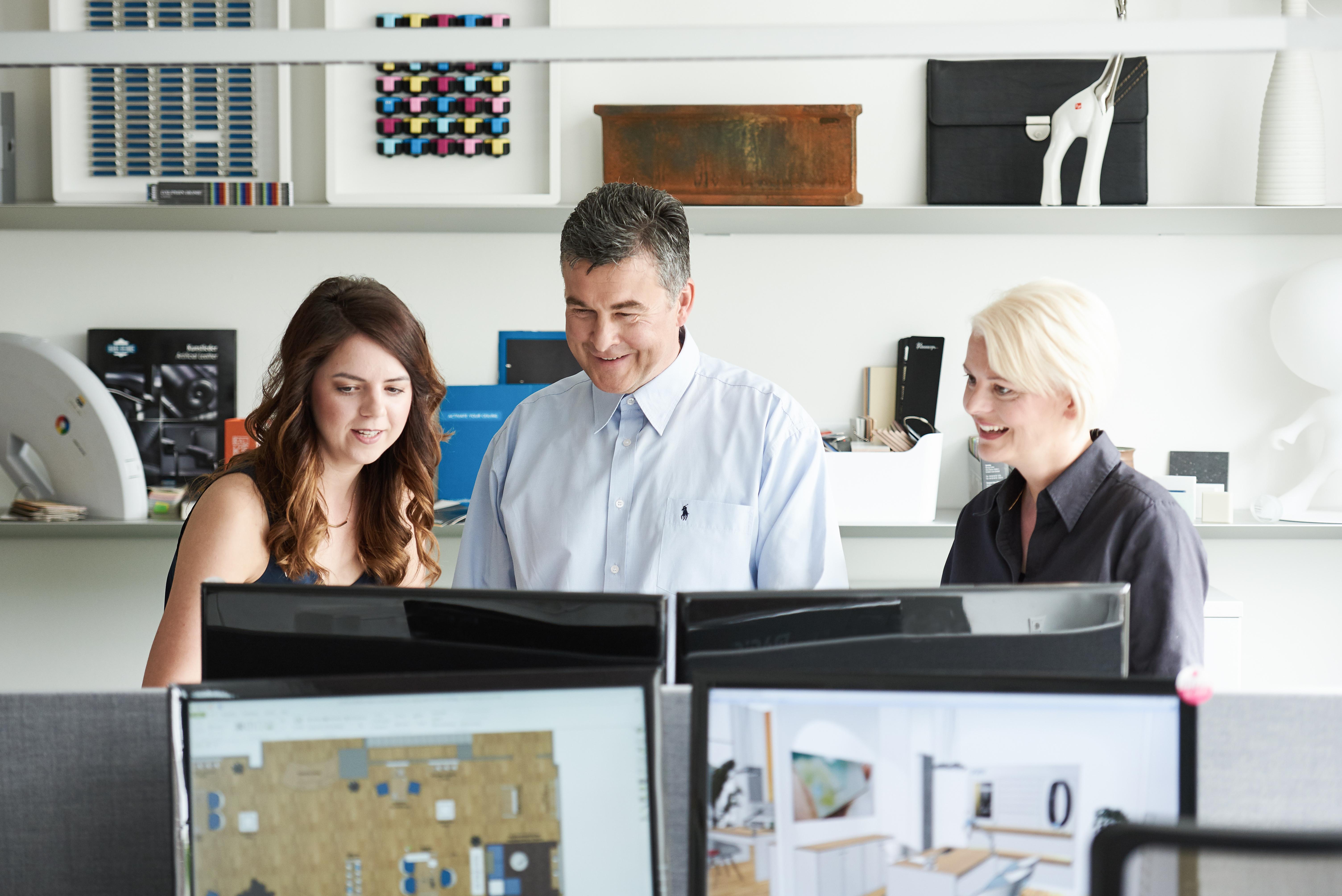 Geschäftsführer mit Planern am Schreibtisch von Büroland