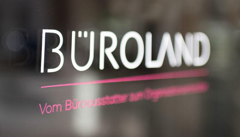 Büroland Logo und Claim an Glasscheibe