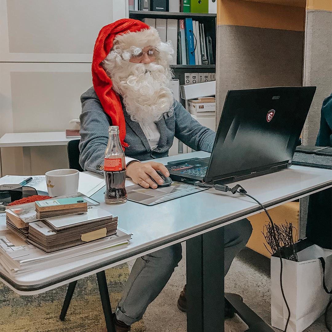 Büroland Mittarbeiter als Weihnachtsmann