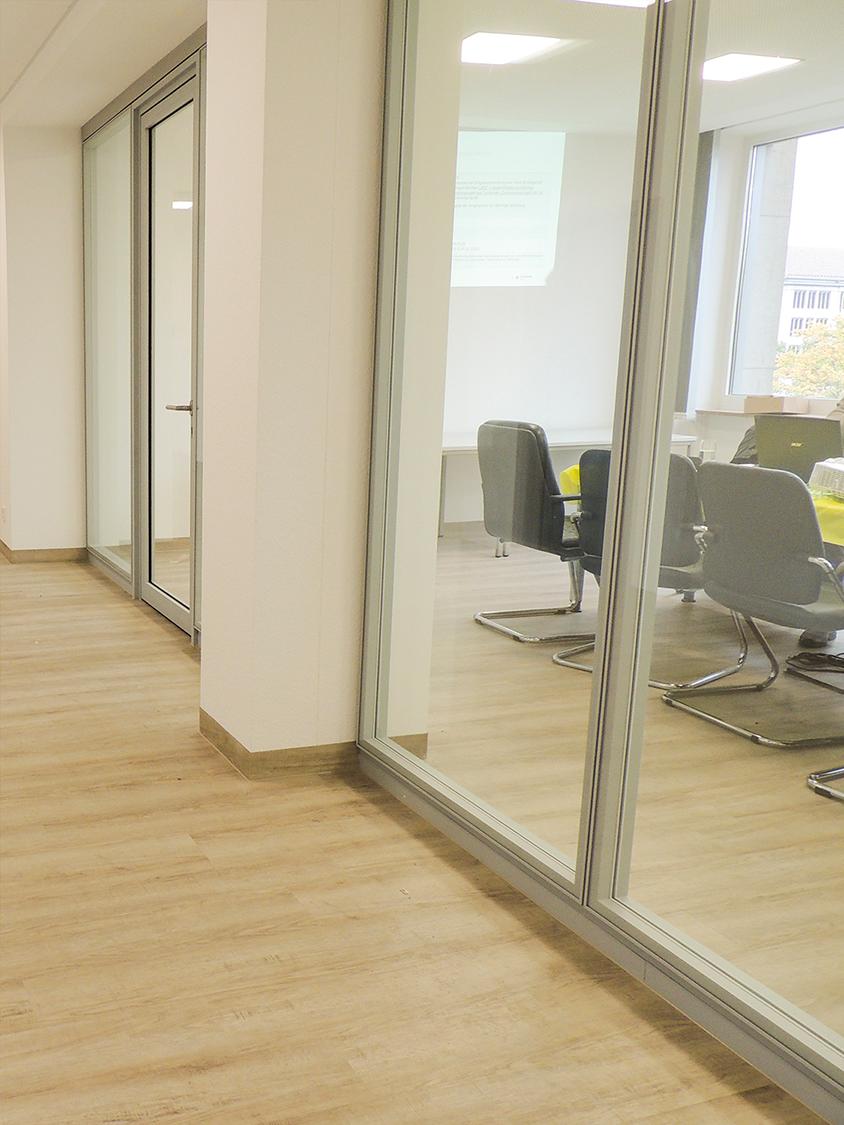Glaswand für Besprechungsraum bei AIC von der Büroland GmbH